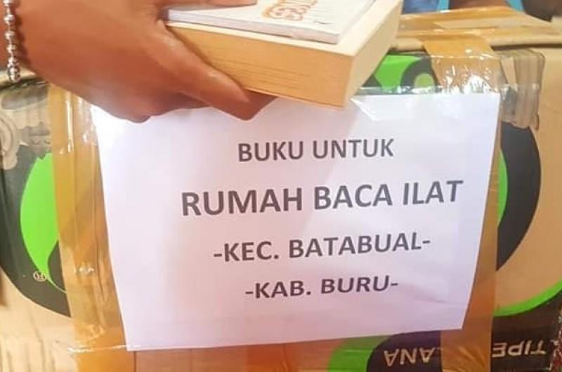 Berbagi cerita tentang keadaan sekolah, masyarakat, serta budaya baca di Desa Ilath, Kecamatan Batabual, Kabupaten Buru bersama Iksan Rumaru dan teman-teman